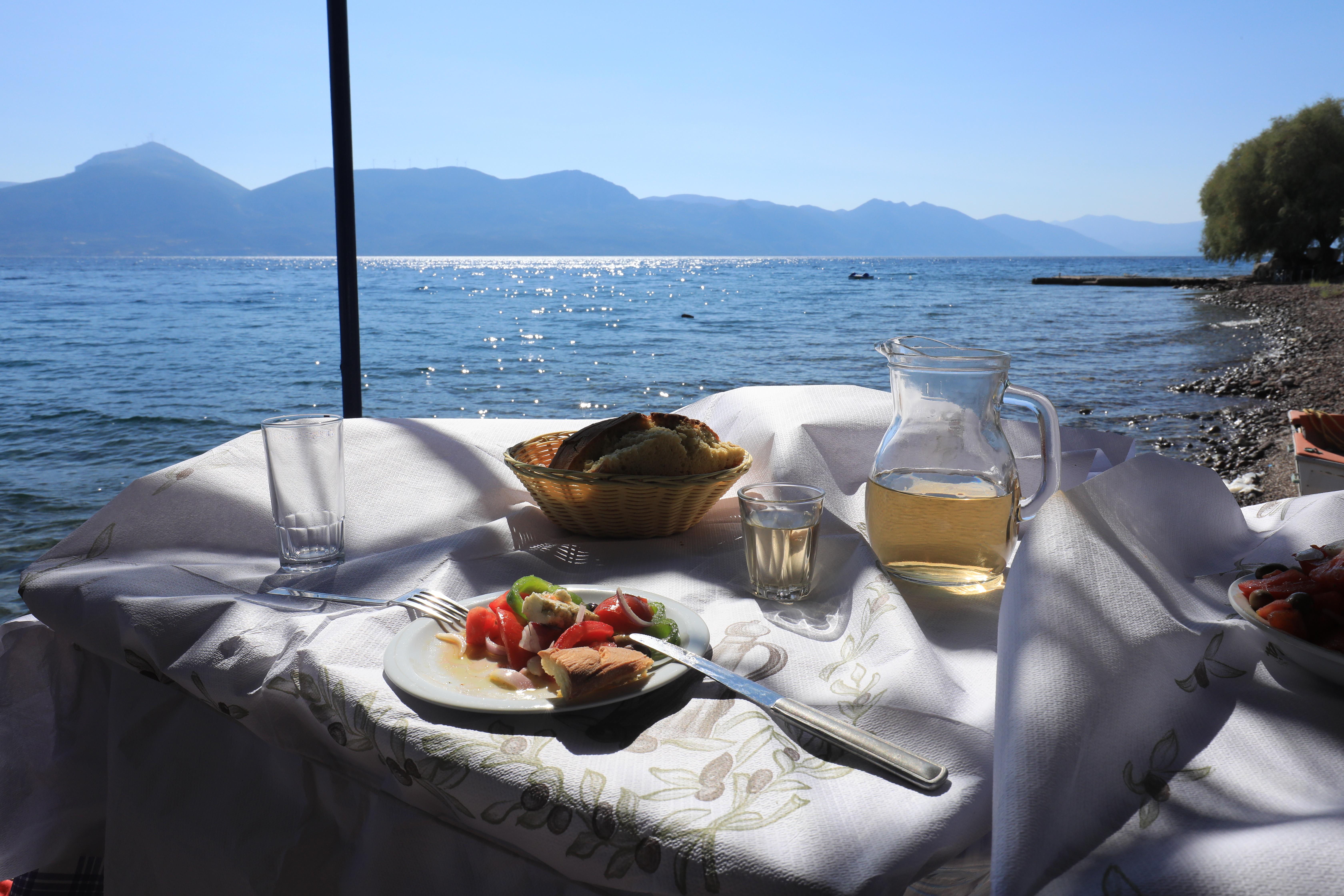 Stolik z widokiem na Peloponez. Sałatka grecka i świeży chleb.