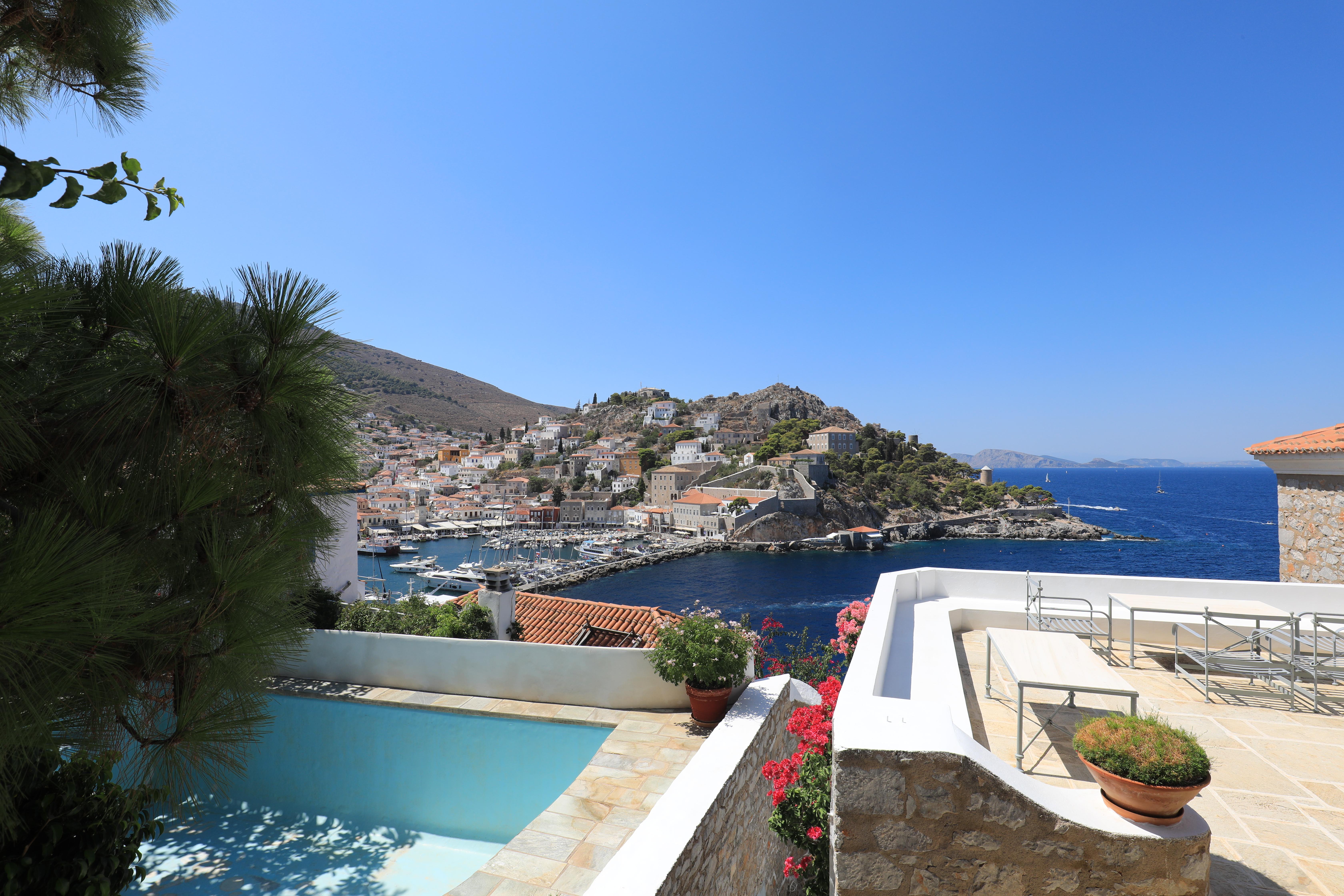 Widok z okien domów na port w Hydrze