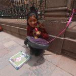 Cusco, w pobliżu targu, dziewczynka zachęca do ważenia. Nie ważyłam się, dałam jej kilka monet, uśmiech pozostał